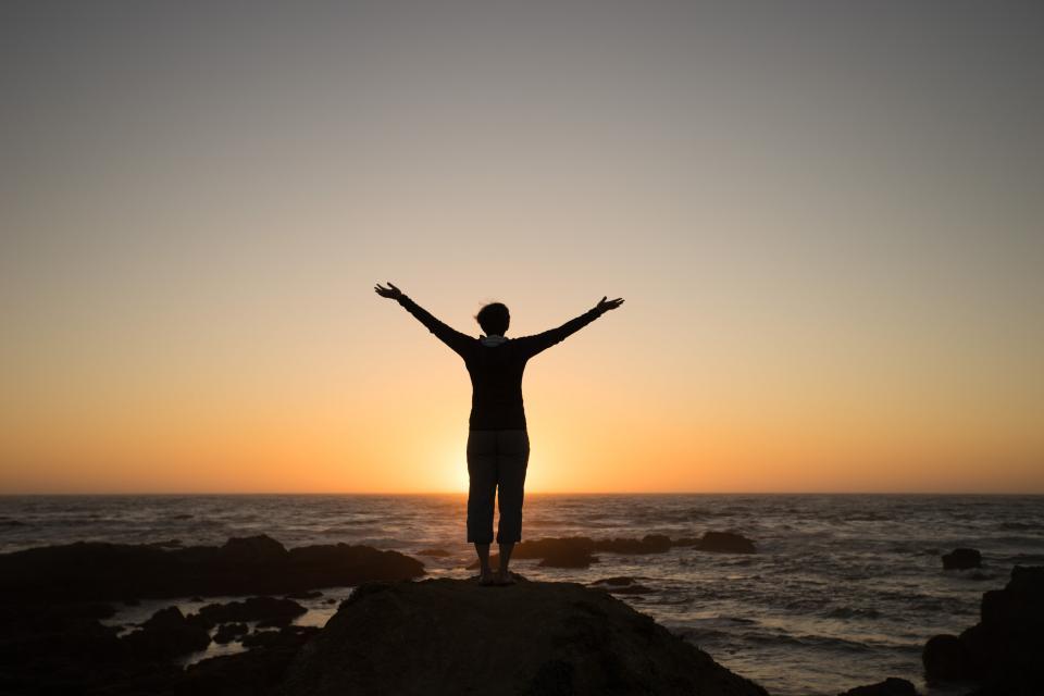 男の人男性の人々が戻って腕が魅惑的な自然の風景海岸の海岸島の岩石の空の雲地平線の夕暮れ夜明け旅行影のシルエットを上げスタンド