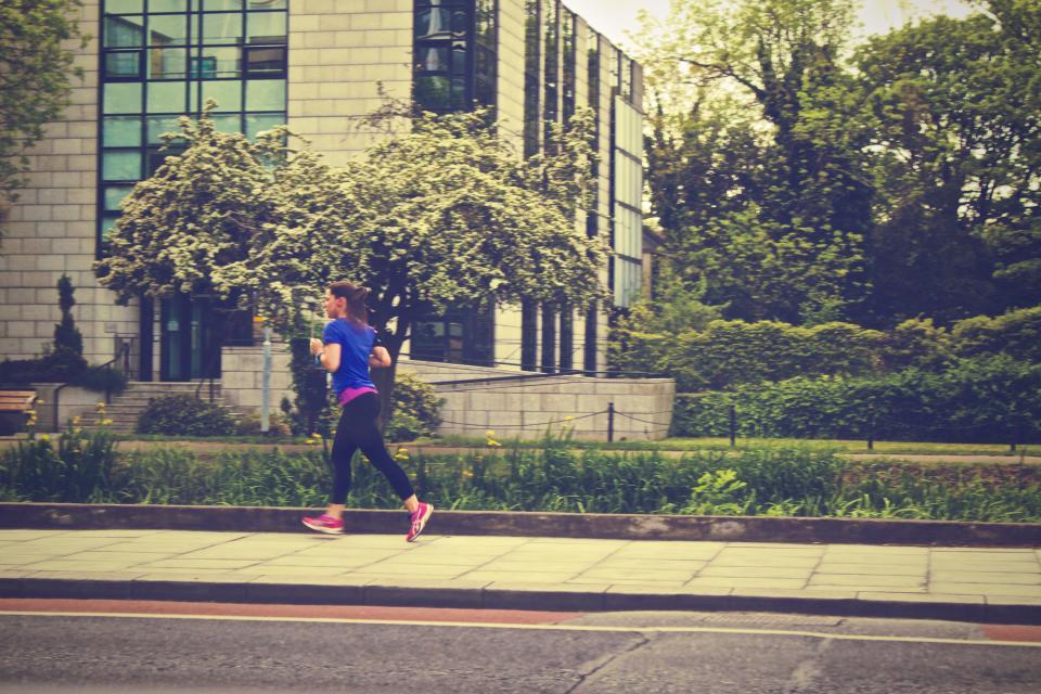 ランニング、ランニング、フィットネス、ジョギング、運動、歩くこと、女の子、運動選手、歩道、通り、都市