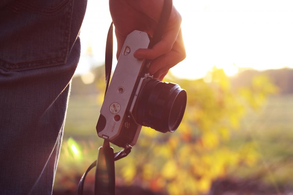 technology gadgets photography camera ilc lens mirrorless guy man people hold hand nature trees view solar flare bokeh