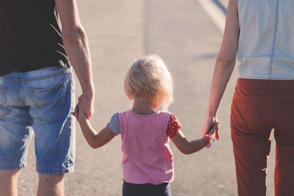 若い女の子父親父親家族手を抱きしめる子供子供
