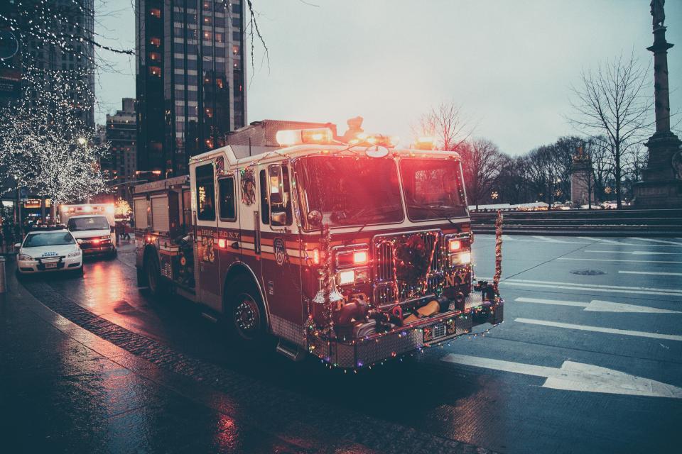 消防車救急車緊急サイレンズライト街道都市都市