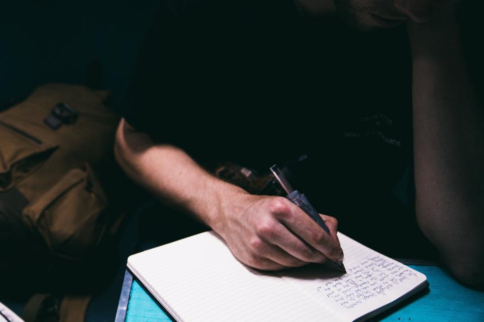 ノートパソコンのペンを研究する人の男の研究光暗室