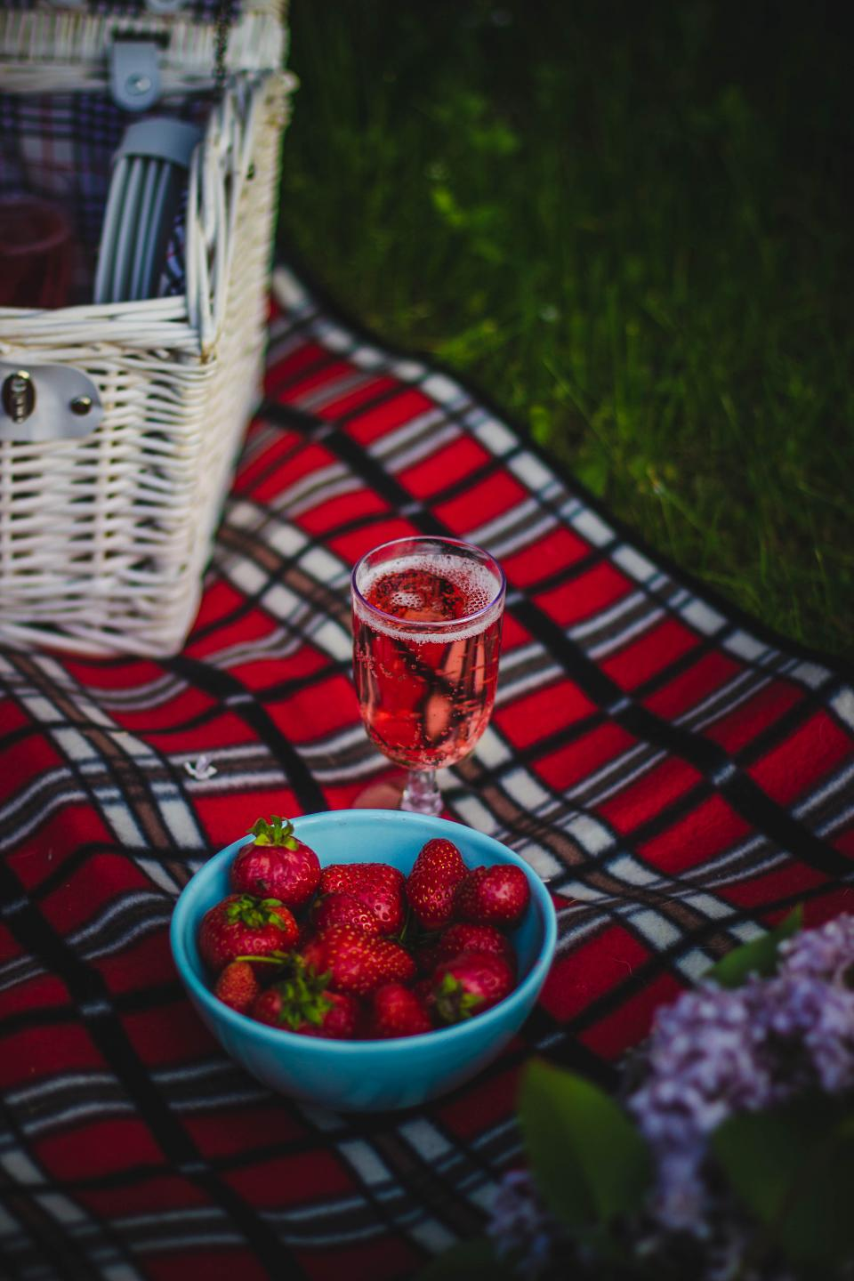 cloth, picnic, outdoor, travel, food, glass, drink, strawberry, fruit, basket, flower, blur