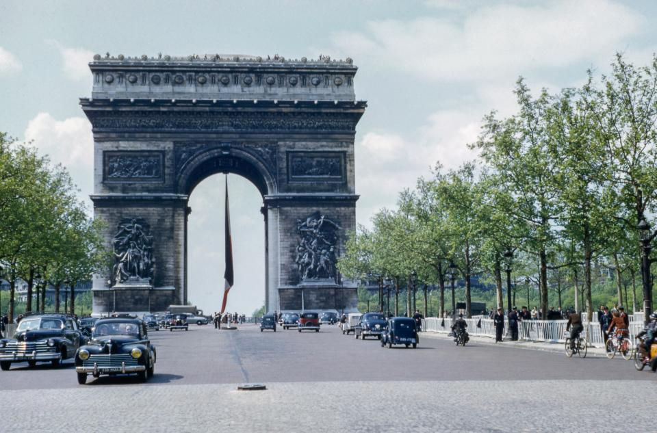 arc de triomphe, monument, landmark, france, travel, road, car, vehicle, outdoor, view