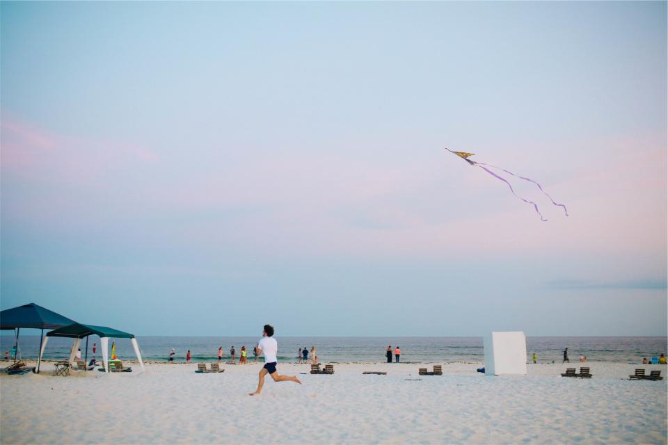 カイトビーチの砂浜の人々実行している男空の海の水