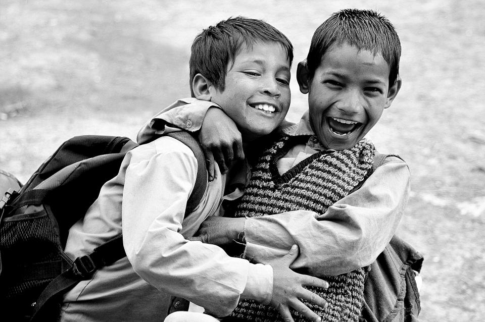 人々子供子供たちの友人学生少年笑顔幸せなモノクロ