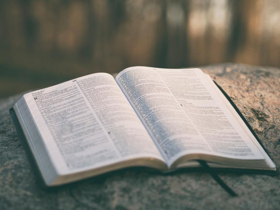 聖書の聖書を読む宗教的な岩のぼかし