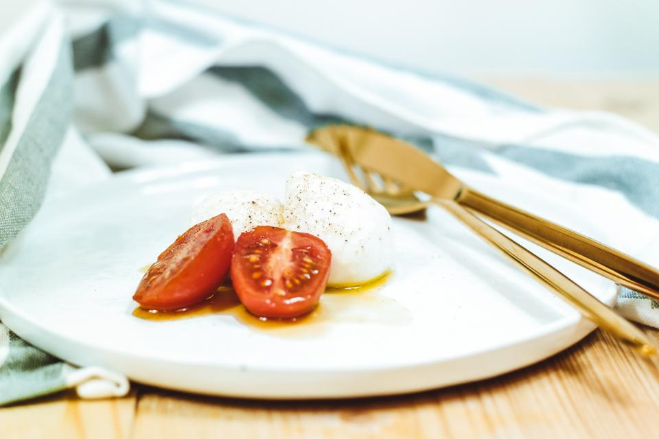 tomato, oil, food, dish, breakfast, dinner, lunch, plate, table, napkin, knife, fork, blur