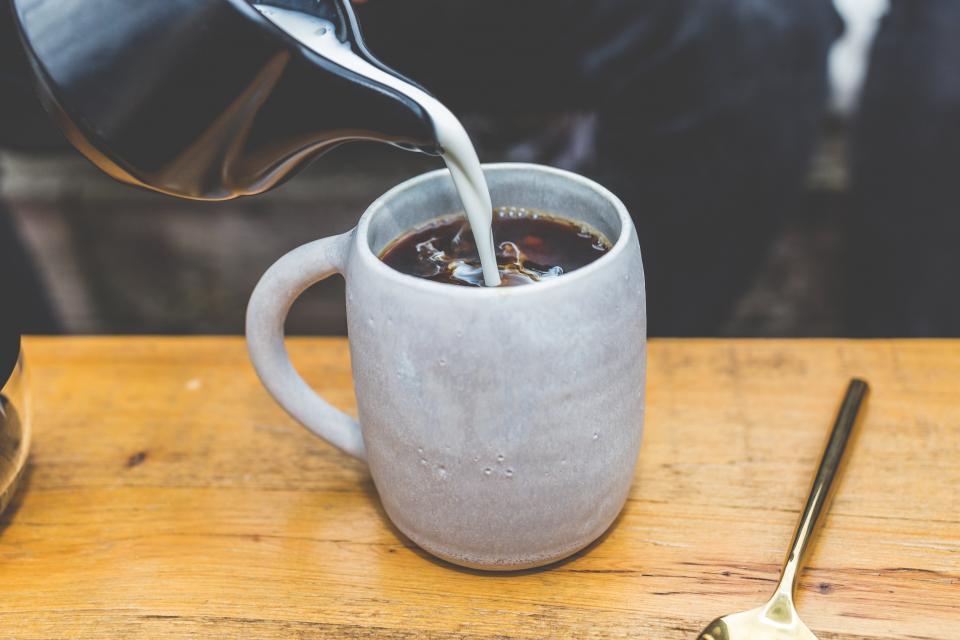 ブラックコーヒーミルクホットコールドドリンクカップスプーンコーヒーハウスカフェショップ木製テーブル