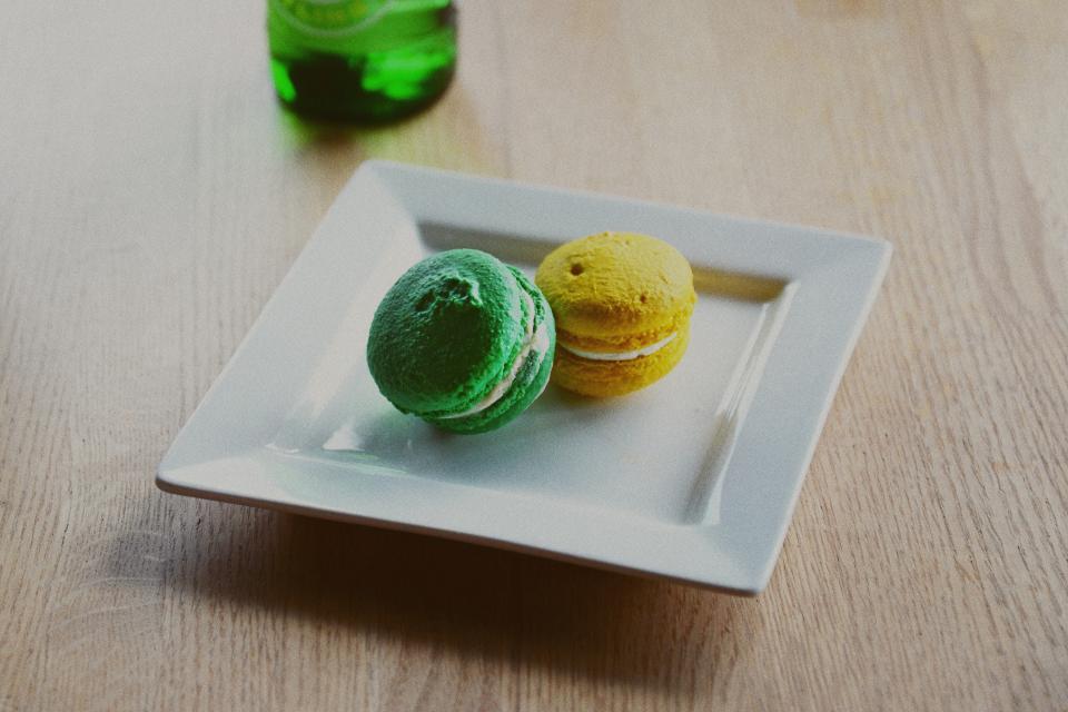 bread, pastry, bake, food, snack, baker, restaurant, store, shop, plate, green, yellow, table, dessert