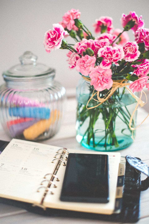smartphone mobile notepad agenda calendar vase flowers glass jar decor objects