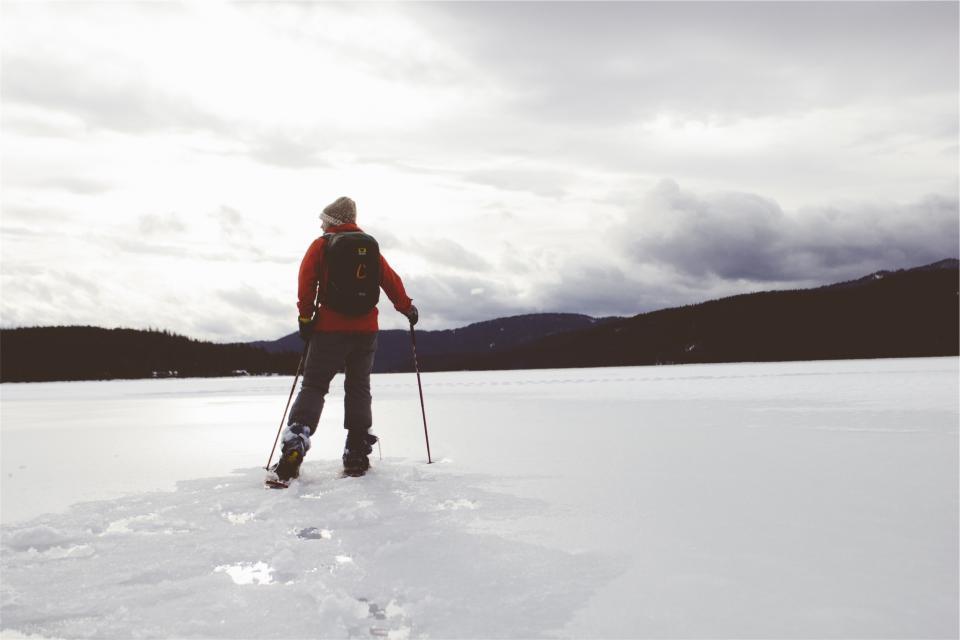 クロスカントリースキー冬雪氷スポーツバックパックナップザック凍った湖山脈屋外トーク冷たい男男の人々フィットネス