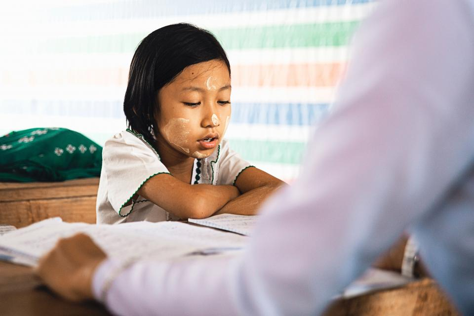 人、子供、女の子、研究、制服、教える、本、読む、教育