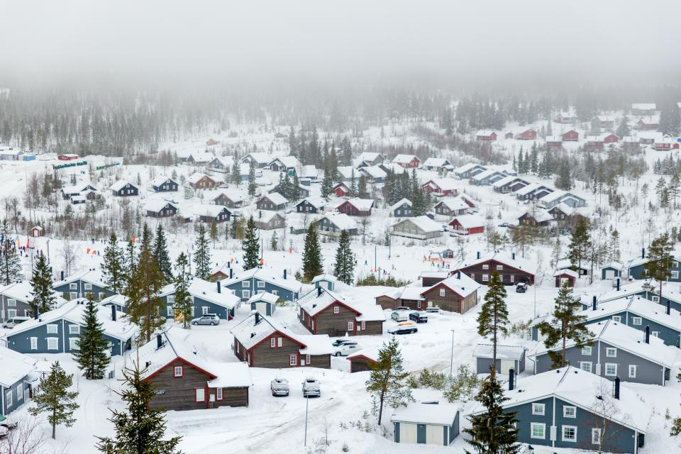 snow, winter, white, cold, weather, ice, trees, plants, nature, household, house, car, transportation, village, fog, family