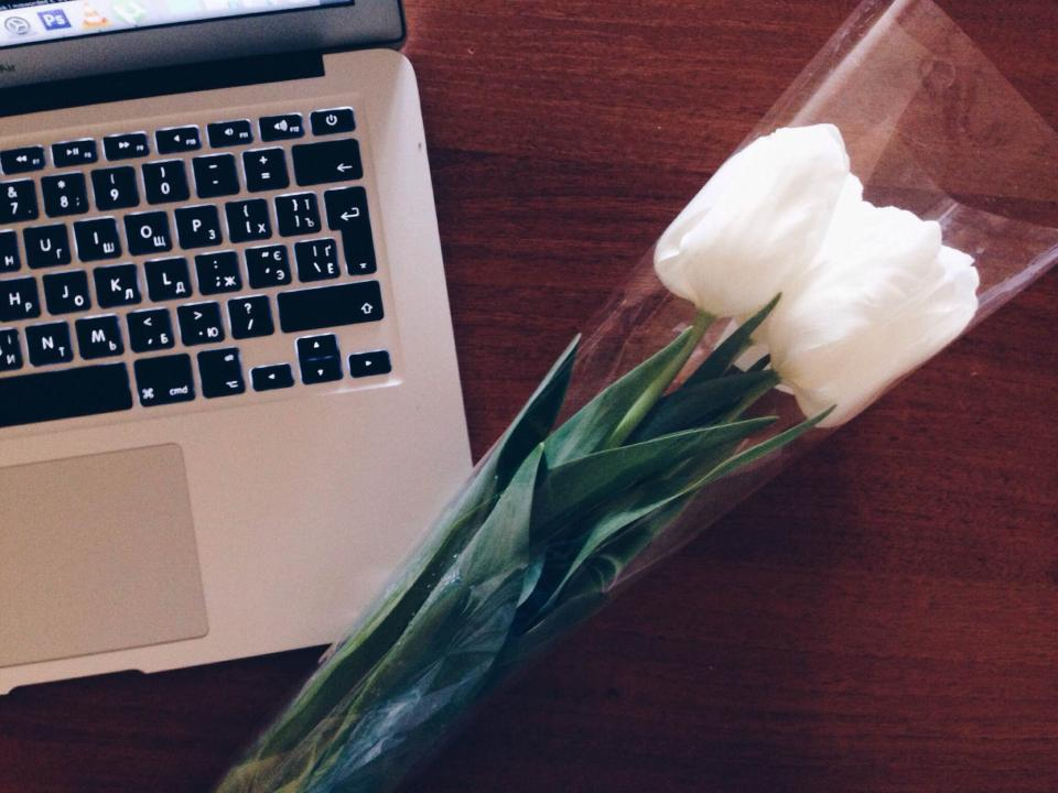 macbook, laptop, computer, technology, business, desk, tulips, flowers, spring