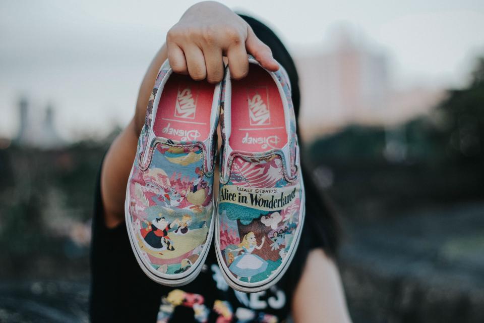 靴の靴の旅行は、人々の手をぼかします