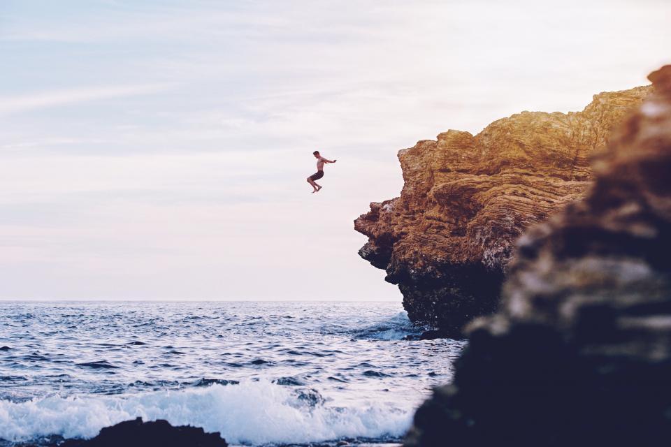 海、海、波、自然、空、地平線、海岸、岩、崖、人々、ダイビング、水泳