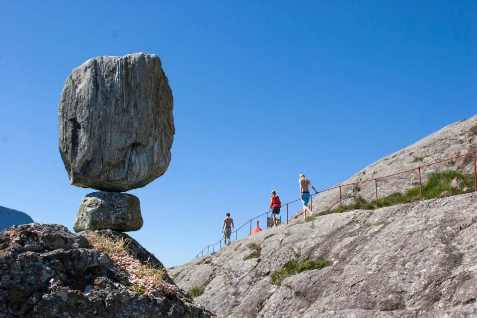 トレッキング旅行の冒険登山山の雲空のロック人の男の女性
