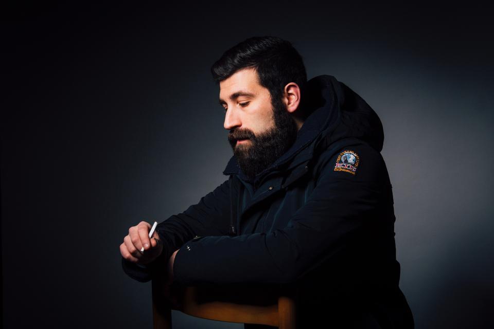 人男性のひげモデル黒たばこ