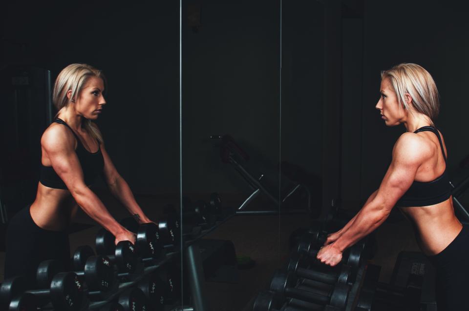 女の子、女性、筋肉、フィットネス、体重、ジム、運動、健康、働く、タンクトップ、金髪、ミラー、筋力トレーニング