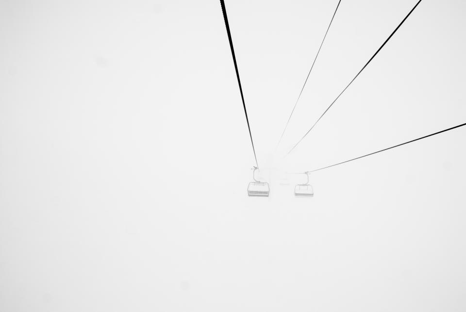 チェアリフトスキースキー冬雪霧霧霧ブリザード冷たい灰色のケーブル