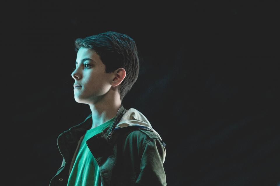 人の男の子の男の子のダークジャケットのパーカーのイメージ